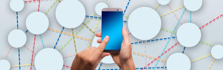 Hand som håller i telefon på uppkopplad bakgrund